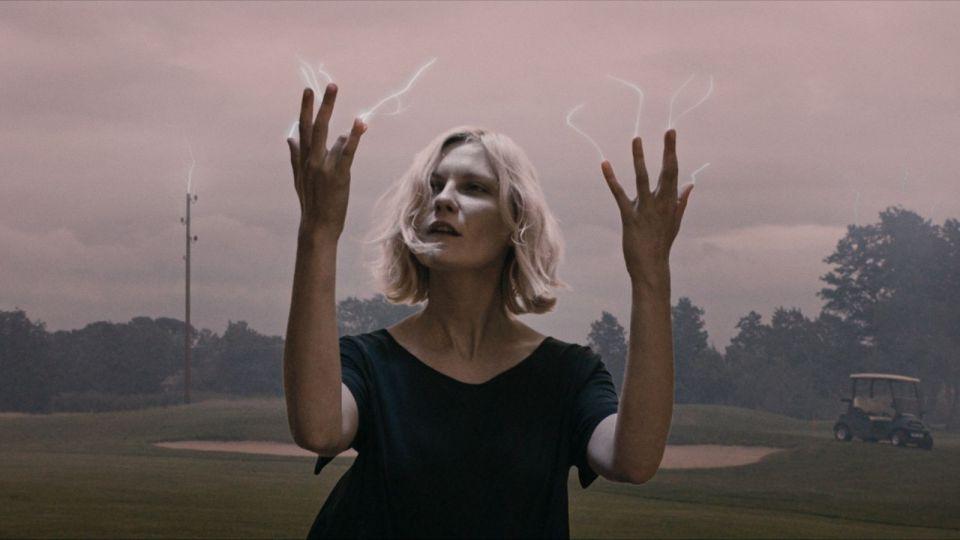 Justine (Dunst) ziet het einde naderen in Melancholia